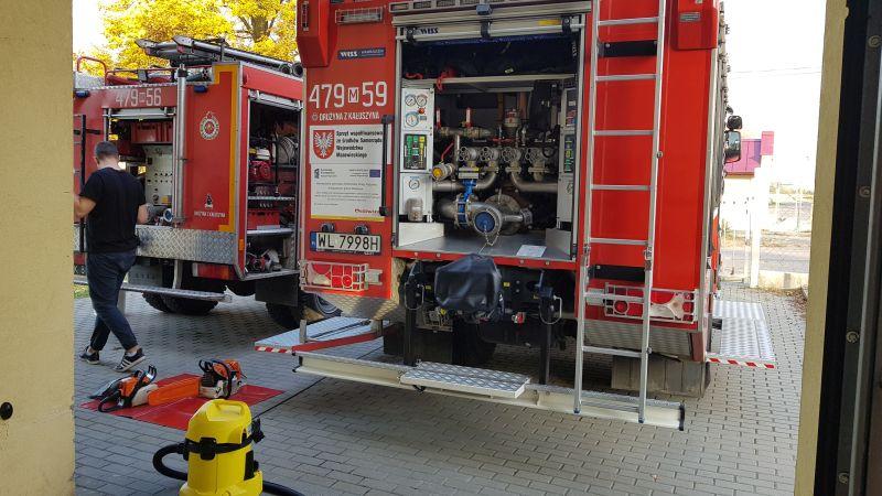 Otwarty tył samochodu ratowniczo-gaśniczego