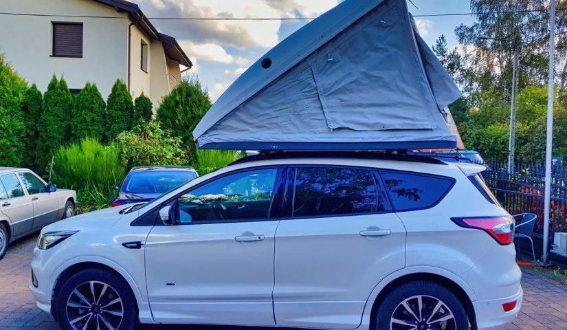 Samochód osobowy z założonym na dachu namiotem